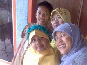 Mama, Saya, dan 2 adek saya