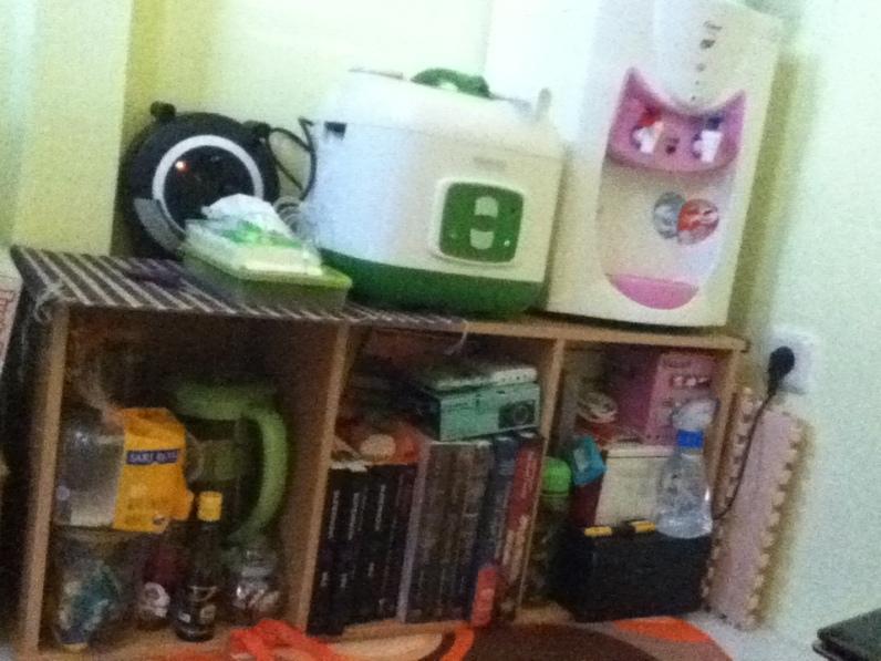 dispenser punya tuan suami, magic com baru. rak buku ditidurin biar bisa jadi meja, baru beli. TV masih ada di baubau,. hehe
